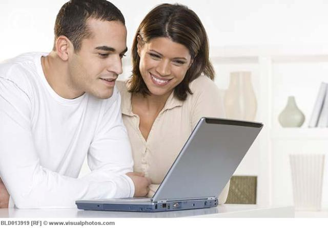 Couple_looking_at_computer_screen